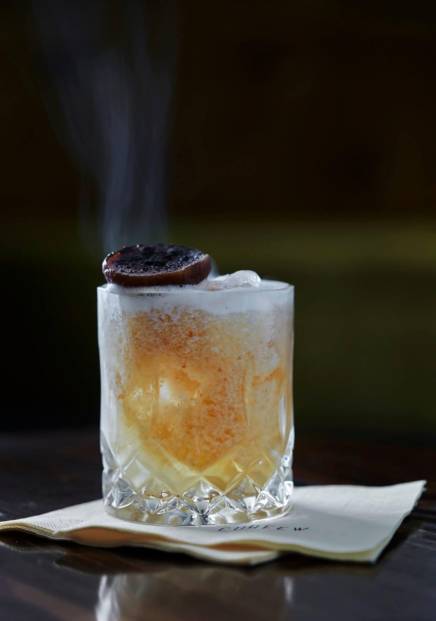whiskey på bordet hygge